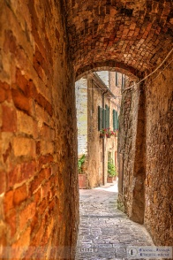 Alleys abound in Pienza